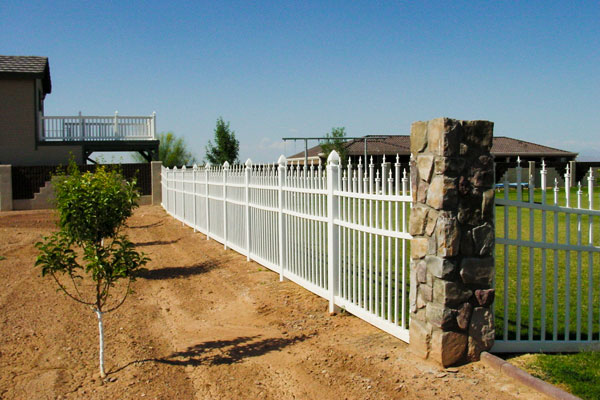 Alternating pickey vinyl fence - Superior Fence