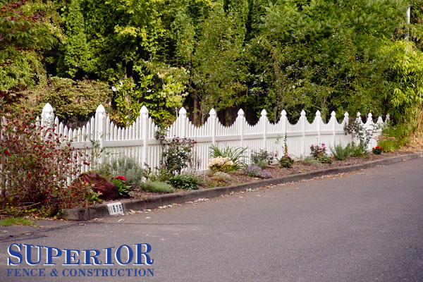 Concave vinyl fence with wide points - Superior Fence